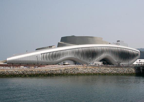 The kinetic façade of One Ocean Thematic Pavilion for Expo 2012 Yeosu, South Korea (credits: Knippers Helbig GmbH – Image; SOMA ZT – Architecture; Knippers Helbig GmbH –Façade Engineering; Ojoo Industrial Co., Ltd. – Lamella façade Contractor). AGATHÒN 06 | 2019