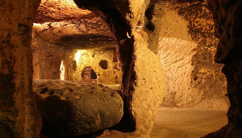 Città sotterranea di Kaymakli in Cappadocia, Turchia: in primo piano il blocco di pietra per la lavorazione del rame (credit: D. North)